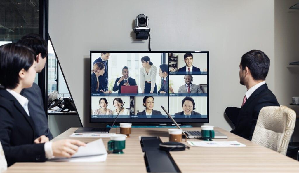Tagungsraum mit Konferenztechnik und Video-Call