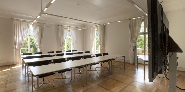 Salon Augusta mit Reihenbestuhlung und Konferenztechnik