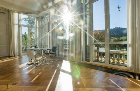 Die Sonne scheint durch die Fenster des Salon Baden-Baden
