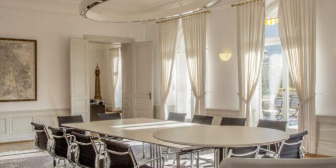 Salon Merkur mit Konferenztisch und Bestuhlung