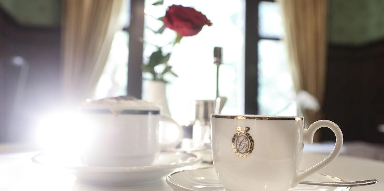 Kaffeegedeck im Salon Villa Eden